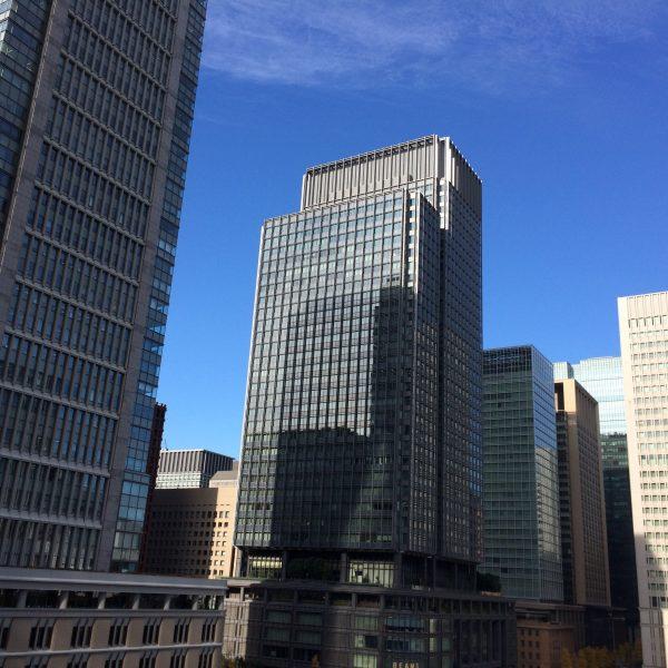 JPタワーから眺めた丸の内の高層ビル街の写真
