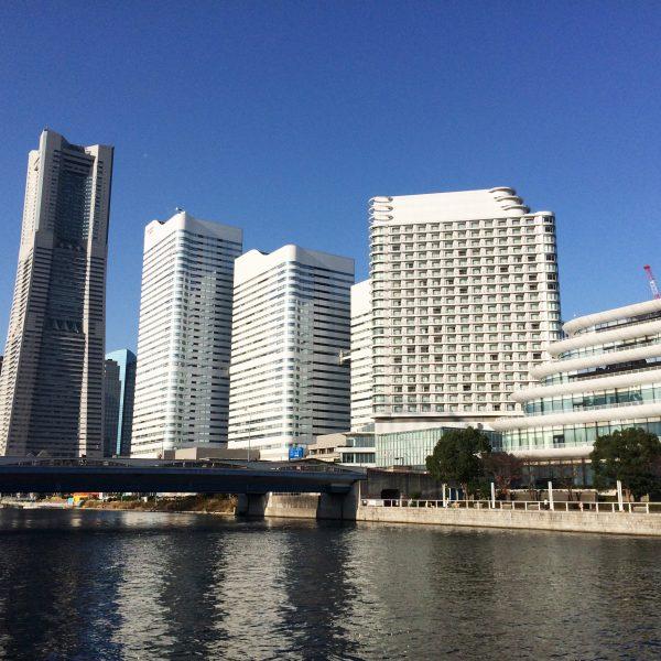 ランドマークタワーと運河の写真