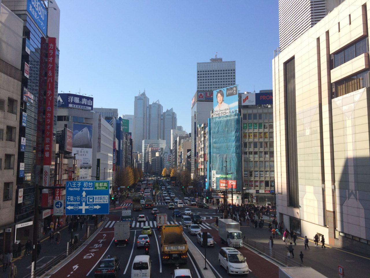 新宿駅と甲州街道と西新宿の街並みの写真