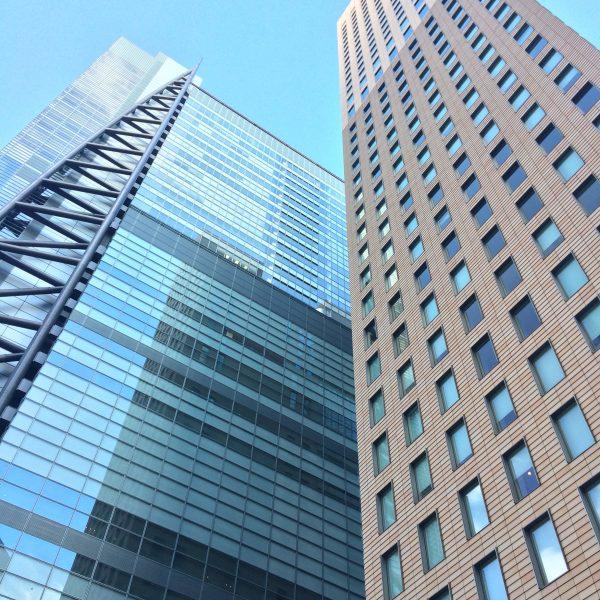 日本テレビタワーとロイヤルパーク汐留タワーの写真