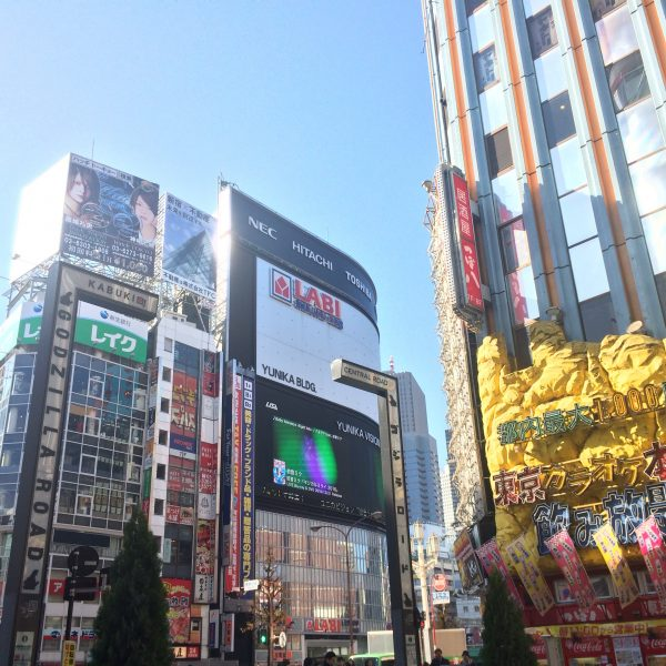 LABIと歌舞伎町の街並みの写真
