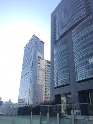 新宿サザンテラスの高層ビルの写真