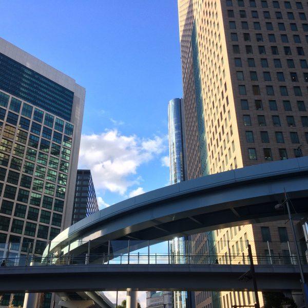 汐留の高層ビルとゆりかもめの高架と歩道橋の写真