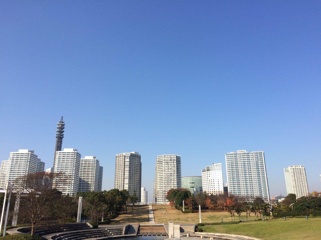みなとみらいのタワーマンション街と公園2の写真