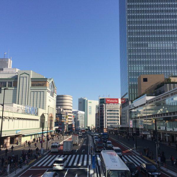 新宿駅と甲州街道と新宿の街並みの写真
