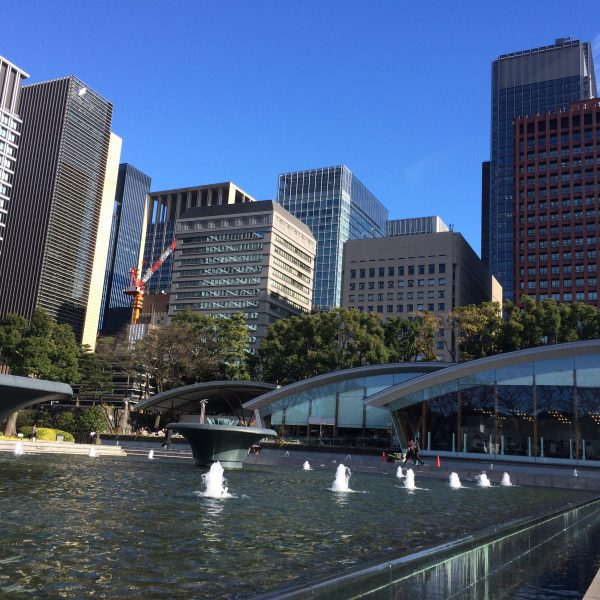 噴水広場と丸の内の高層ビル街3の写真