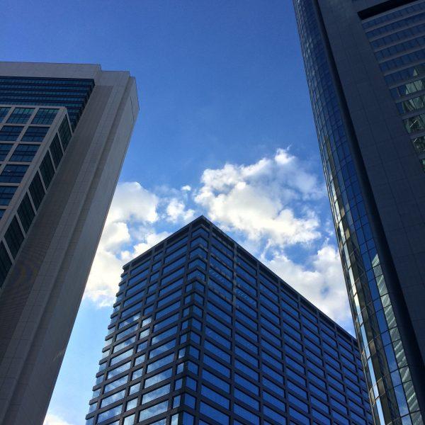汐留の高層ビル街と空の写真