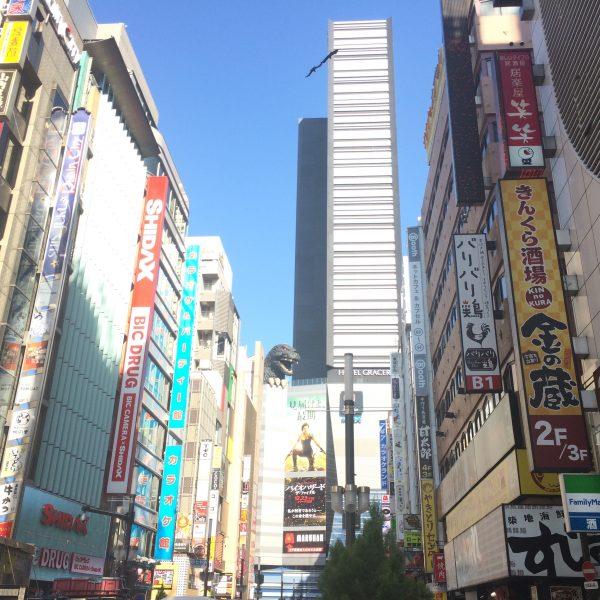 新宿東宝ビルと歌舞伎町の街並みの写真