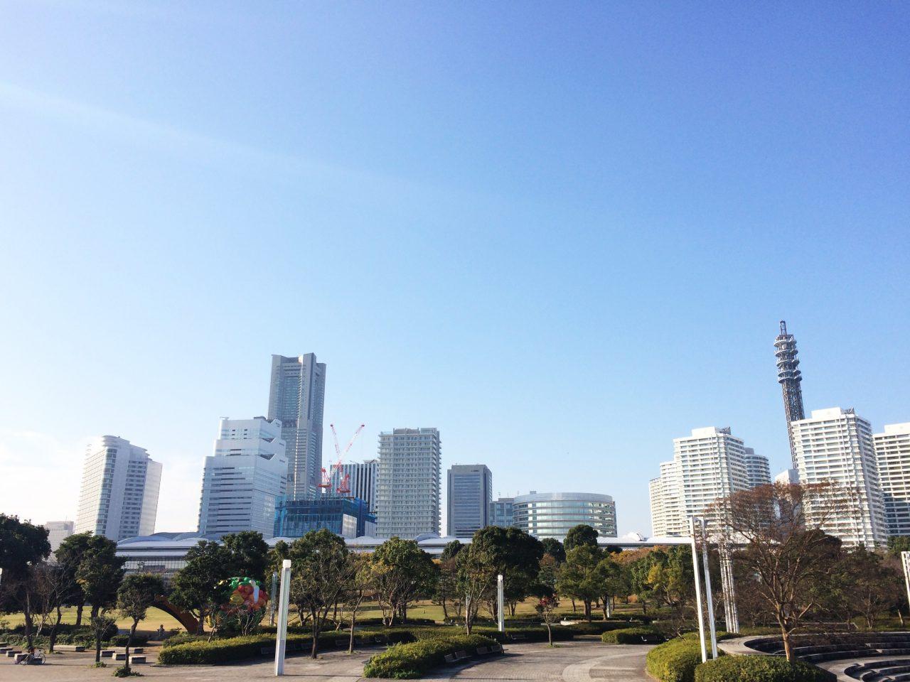 みなとみらいのランドマークタワーを中心とした高層ビル街の写真