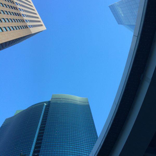 汐留の高層ビル街とゆりかもめの高架の写真