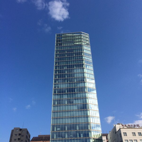 芝公園前のガラス張り高層ビルの写真