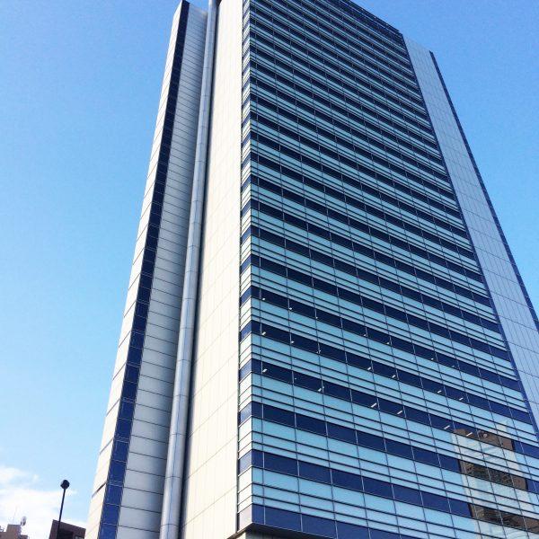 横浜アイランドタワーと空の写真