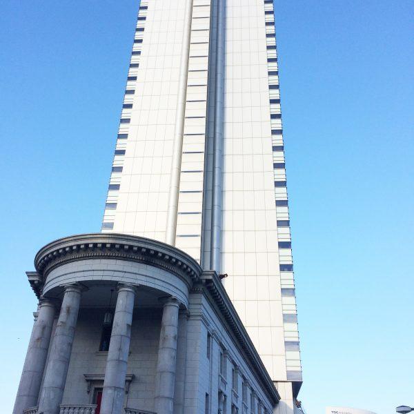 横浜アイランドタワーと歴史的建造物の写真