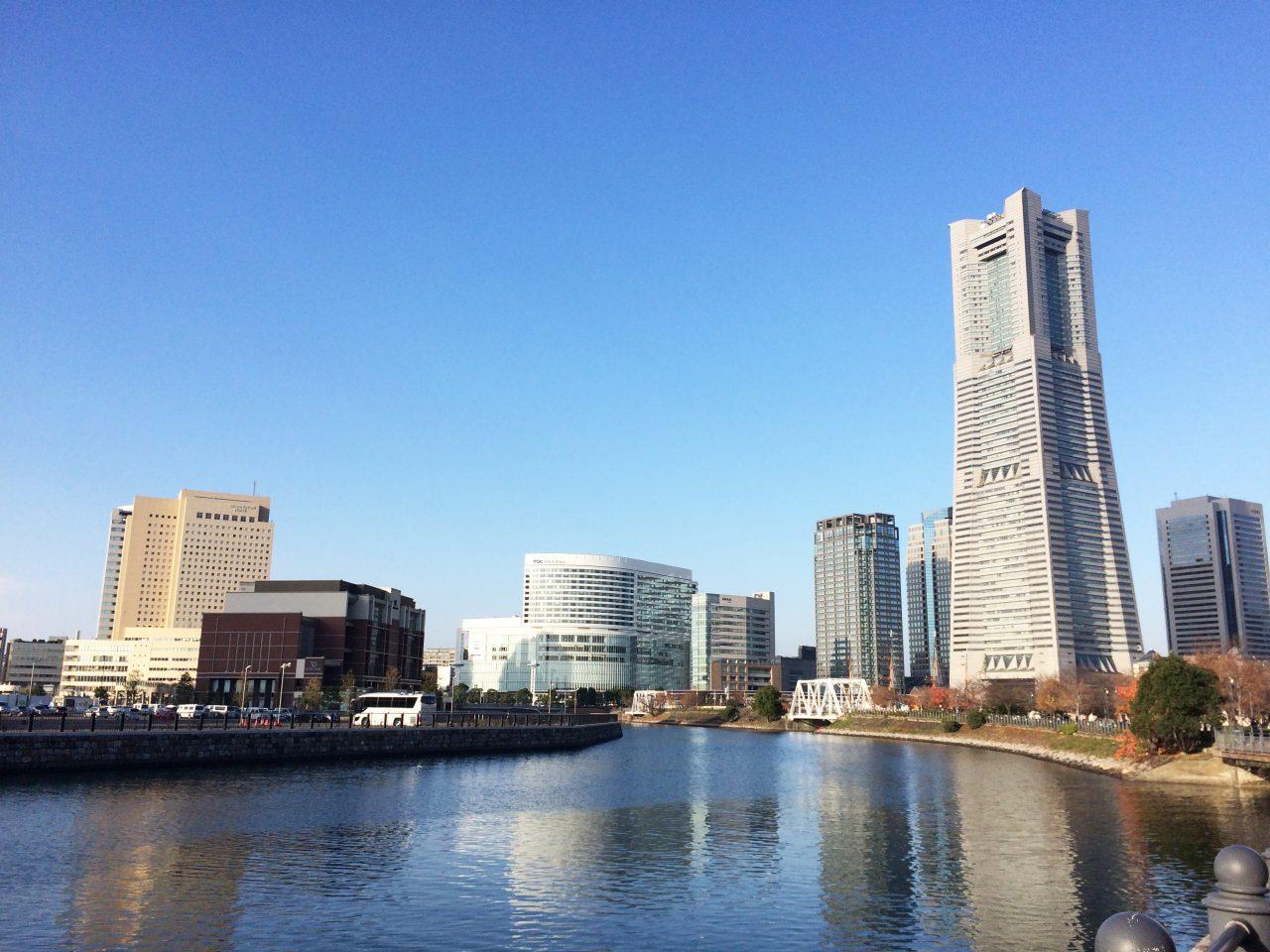 ランドマークタワーと運河の写真の写真