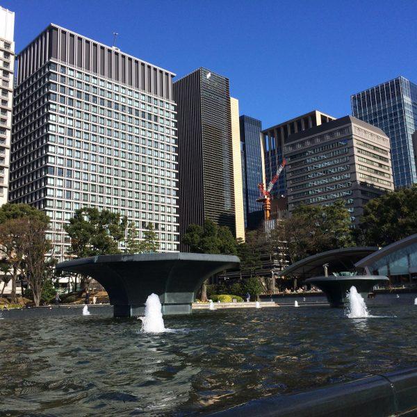 噴水広場と丸の内の高層ビル街2の写真