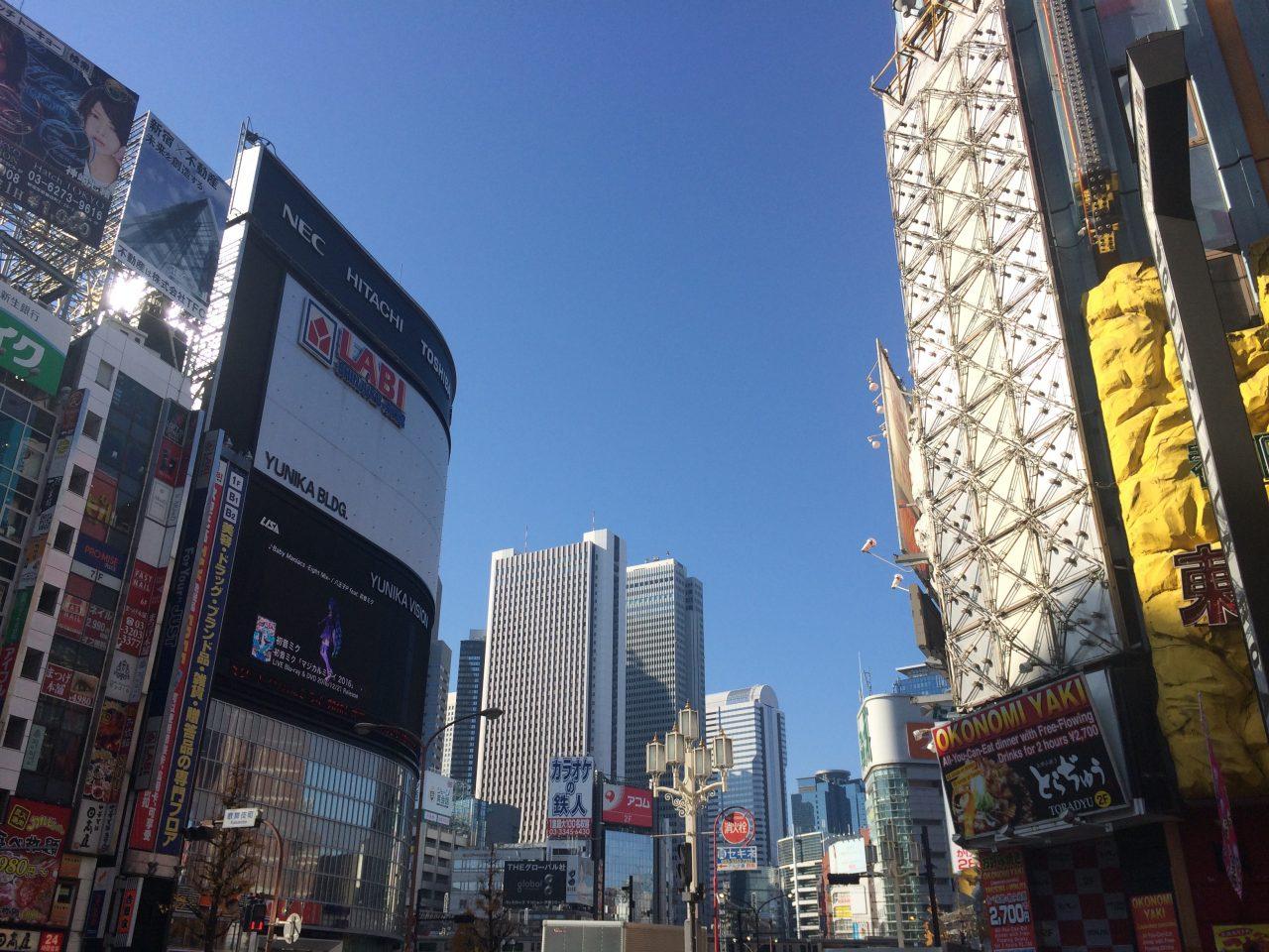 歌舞伎町からみたLABIと西新宿の高層ビル街の写真