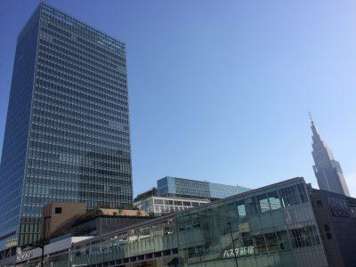 バスタ新宿と新宿ミライナタワーの写真