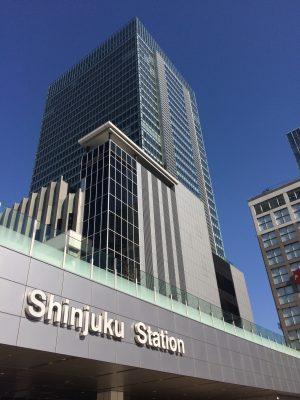 新宿駅新南改札と新宿ミライナタワーの写真