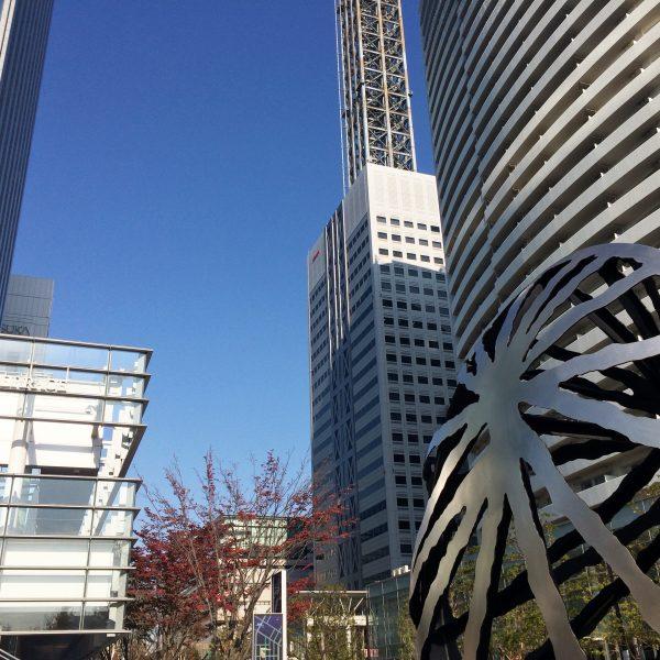 みなとみらいの高層ビル街と現代アートの写真