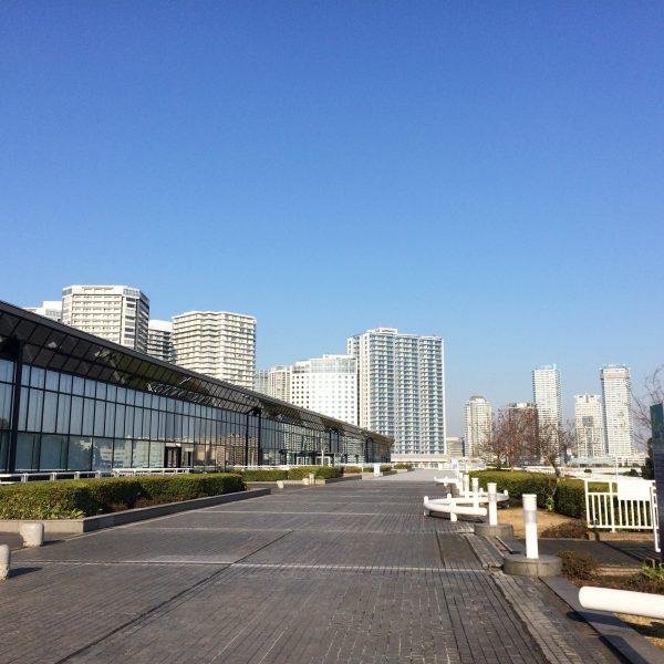 みなとみらいのタワーマンション街とパシフィコ横浜の写真