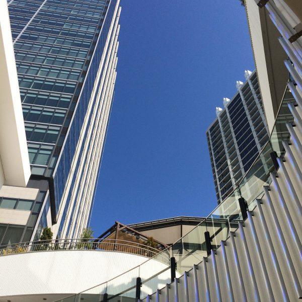 ポートサイド地区の商業施設から見上げた高層ビル群の写真