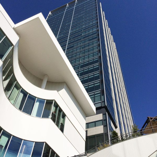 ポートサイド地区の高層オフィスビルの写真