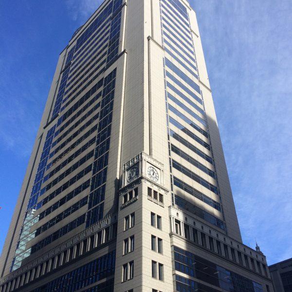大手町の時計台のある高層ビルの写真
