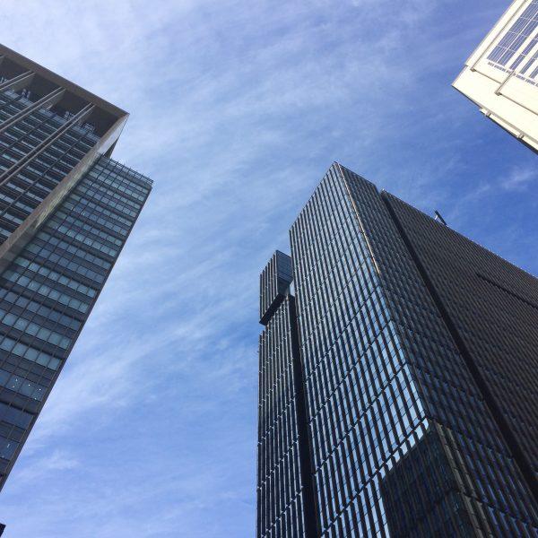 大手町の高層ビルと空の写真