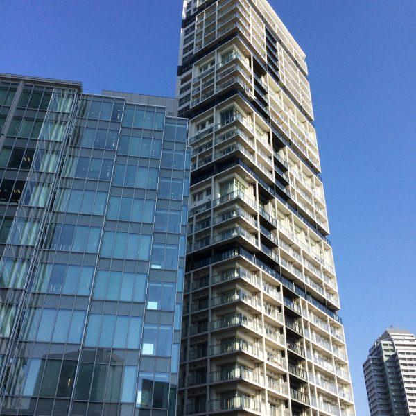 ポートサイド地区のタワーマンションとオフィスビルの写真
