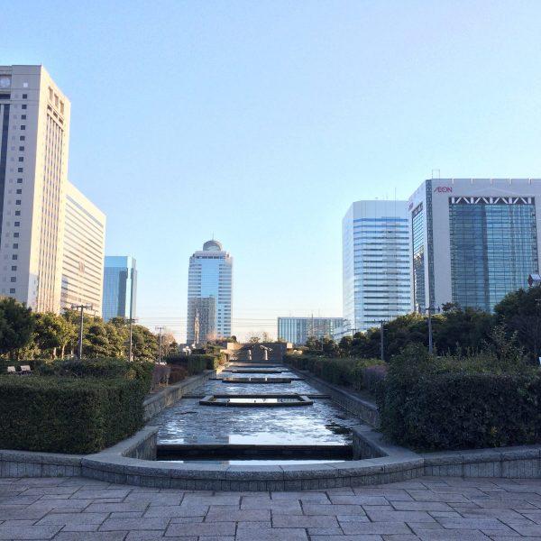 幕張新都心の高層ビル街と公園の写真