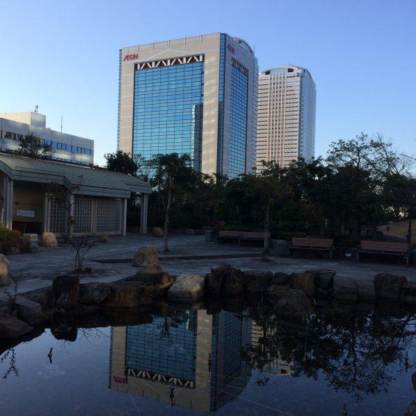 幕張新都心・海浜幕張の高層ビル街と公園の池の写真