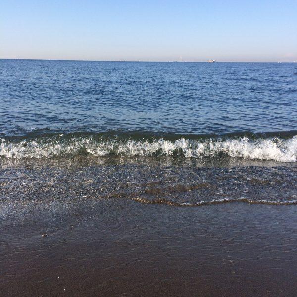 砂浜に打ち寄せる波2の写真