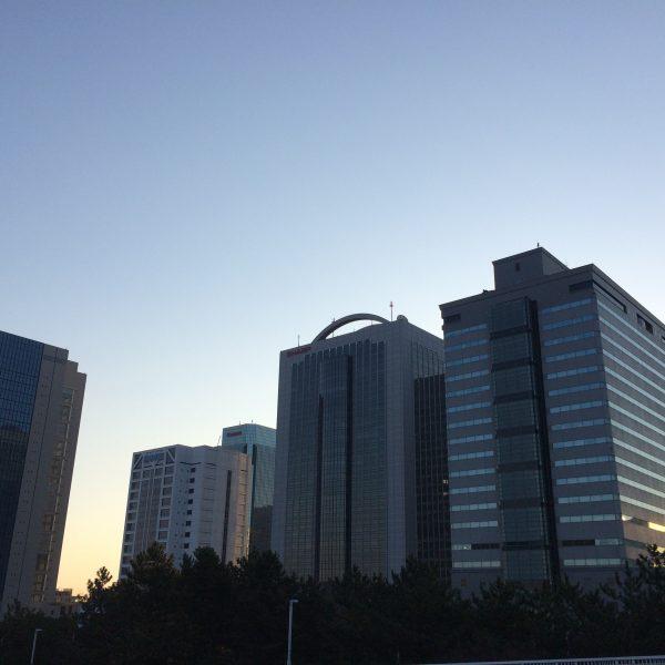 早朝の幕張新都心・海浜幕張の高層ビル群の写真