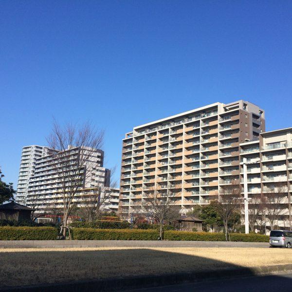 幕張ベイタウンのマンションと公園の写真