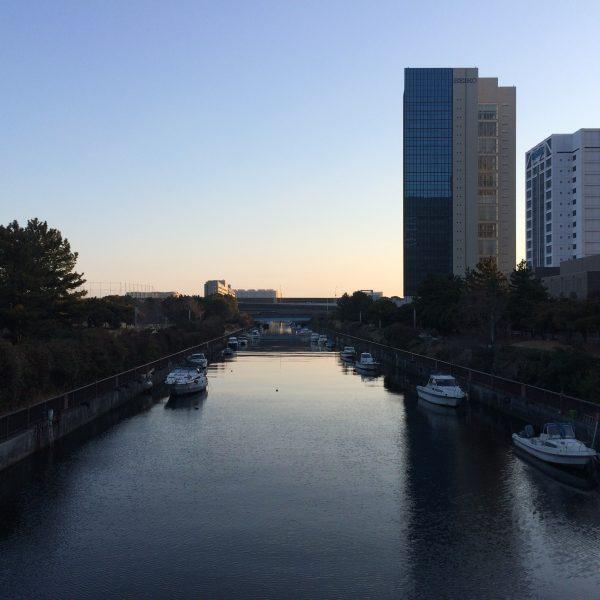 早朝の幕張新都心の運河の写真