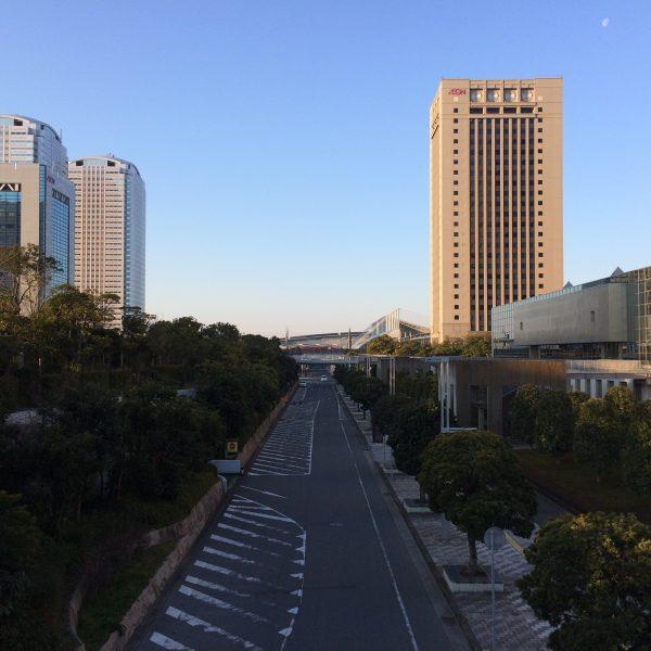 幕張新都心・海浜幕張の高層ビル街と道路の写真