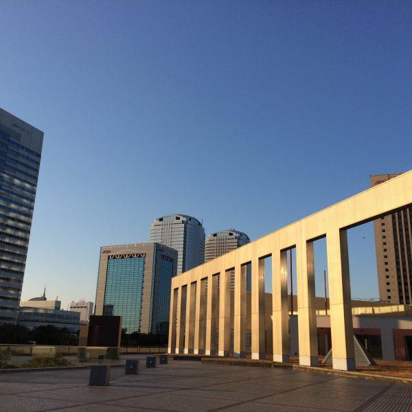 幕張新都心・海浜幕張の高層ビル街とオブジェ2の写真