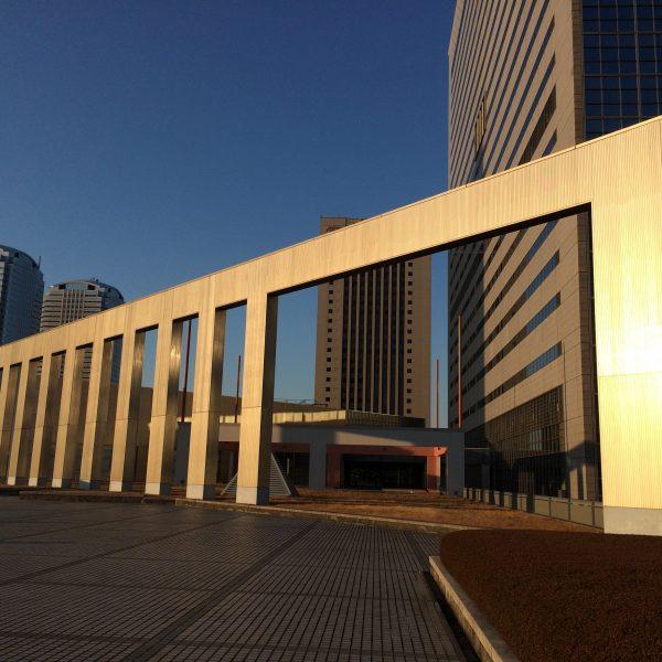 幕張新都心・海浜幕張の高層ビル街とオブジェの写真