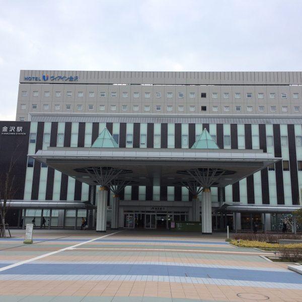 金沢駅西口と広場の写真