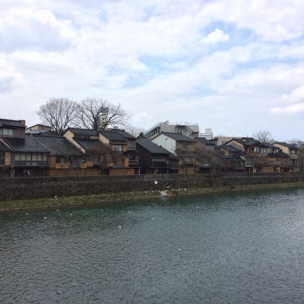 浅野川と主計町茶屋街の街並み2の写真