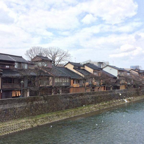 浅野川と主計町茶屋街の街並み1の写真