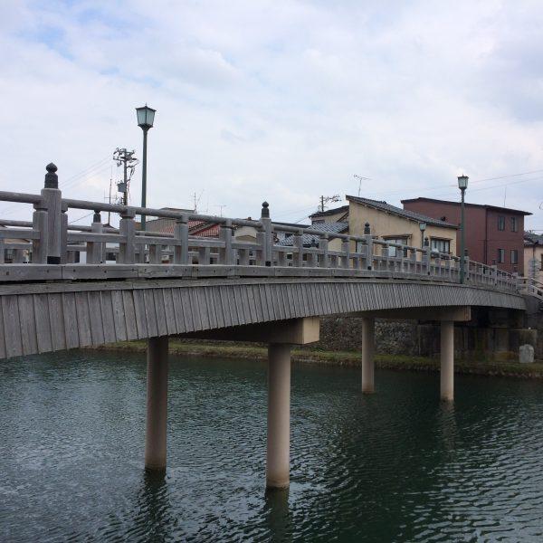 浅野川にかかる中の橋の写真