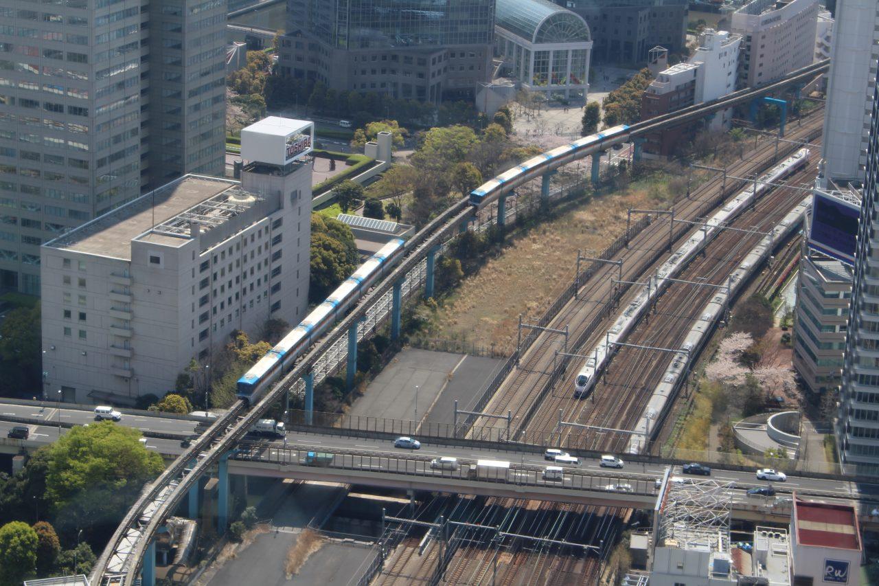 展望台から見た新幹線とモノレールの写真