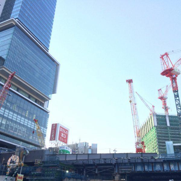 渋谷ヒカリエとタワークレーンが伸びる建設現場の写真