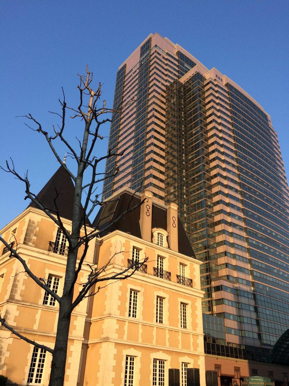 恵比寿ガーデンプレイスタワーと洋館の写真