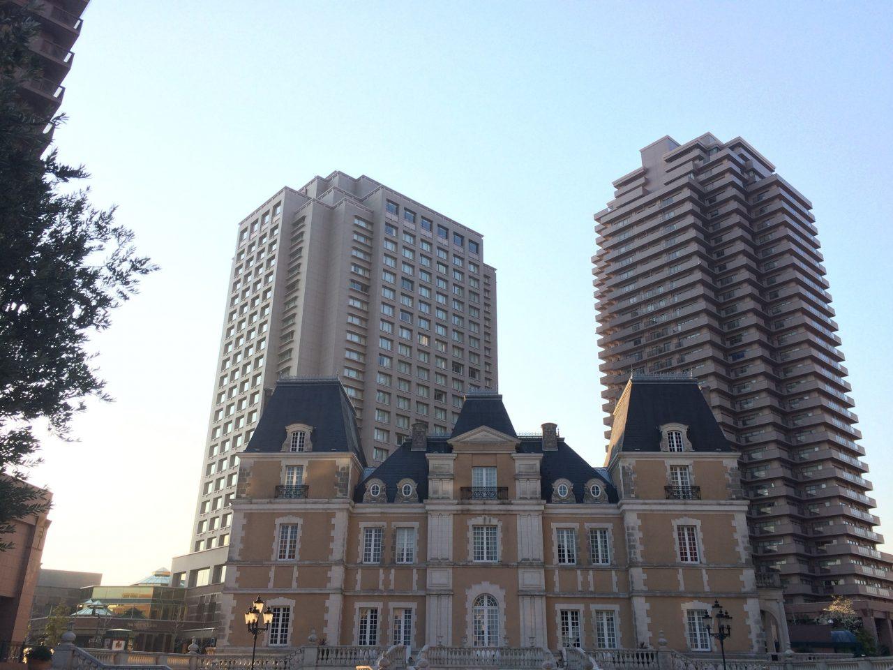 恵比寿ガーデンプレイスの洋館と高層ビルの写真