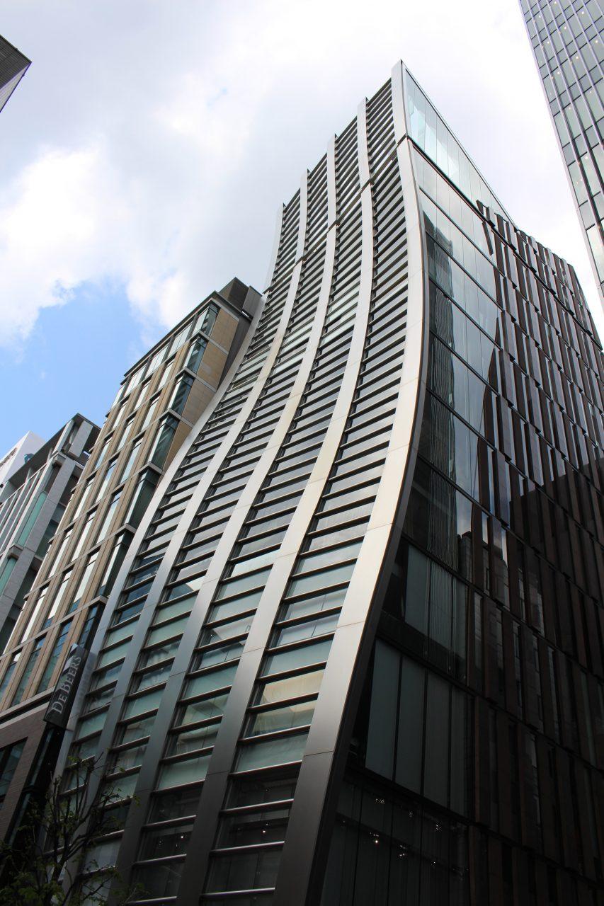 銀座の前衛的なビルの写真