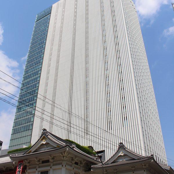 歌舞伎座タワーと歌舞伎座の写真
