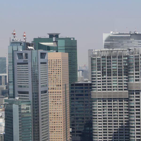 展望台から見た汐留の高層ビル街の写真