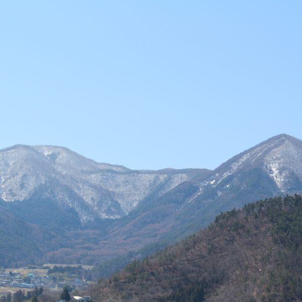 春の雪山の写真